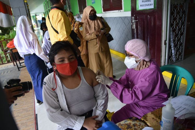 Pemkot Jambi saat melaksanakan program vaksinasi di sekolah untuk anak usia 12-17 tahun