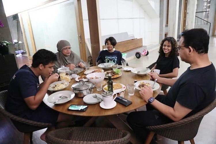 Gubernur DKI Jakarta Anies Baswedan bersama dengan keluarga saat makan malam di kediamannya, kawasan Lebak Bulus, Jakarta Selatan, Minggu (11/4/2021).