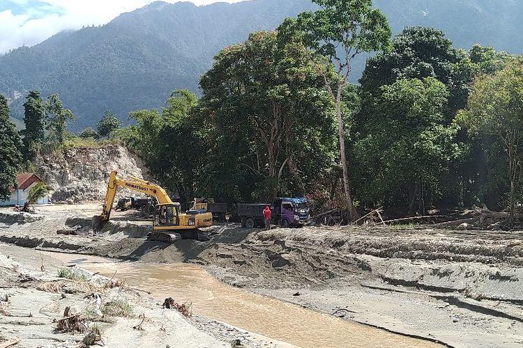 Satu unit alat berat yang sedang mengeruk material Kali Kemiri, Distrik Sentani, Kabupaten Jayapura, Papua (4/04/2019)