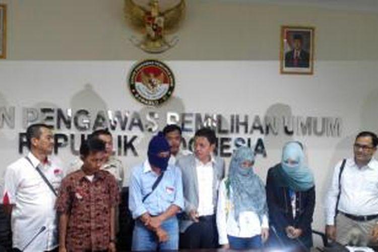 Tim pasangan calon presiden dan wakil presiden Prabowo Subianto-Hatta Rajasa melaporkan dugaan kampanye hitam yang dilakukan Direktur Utama Saiful Mujani Research & Consulting, Saiful Mujani.