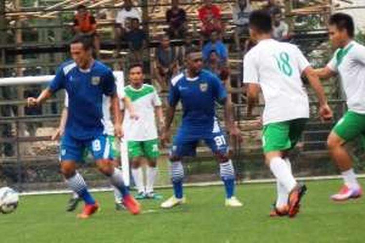 Jajang Sukmara (biru) menguasai bola dan ada David Laly di belakangnya pada saat Persib menang 6-0 atas Sariater FC pada uji coba di Lapangan Progresif, Kota Bandung, Rabu (2/3/2016).