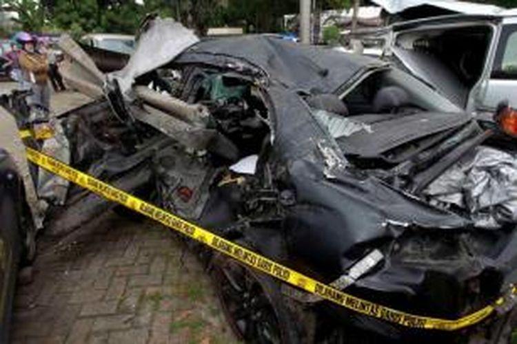 Mobil Lancer B 80 SAL yang dikemudikan putra bungsu Ahmad Dhani, AQJ (13), ringsek setelah mengalami kecelakaan di Tol Jakarta-Bogor, Minggu (8/9/2013) dini hari. Bangkai mobil diamankan di Satlantas Wilayah Jakarta Timur.