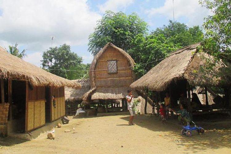 Pola hunian warga etnis Sasak, Lombok, Nusa Tenggara Barat, biasanya berupa rumah, berugak (balai-balai), serta tempat menyimpan padi dan hasil panen lain. Ini seperti terlihat di permukiman warga Dusun Ende, Desa Sengkol, Lombok Tengah.