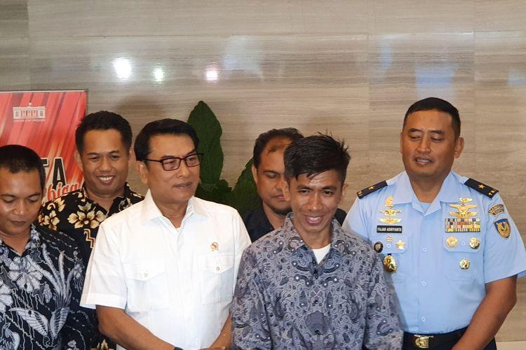 Kepala Staf Kepresidenan Moeldoko bertemu dengan Chaerul, montir motor asal Pinrang, Sulawesi Selatan, Senin (20/1/2020). Kisah Chaerul yang berhasil merakit pesawat dari barang bekas membuat Moeldoko tertarik untuk mengundangnya ke Istana.