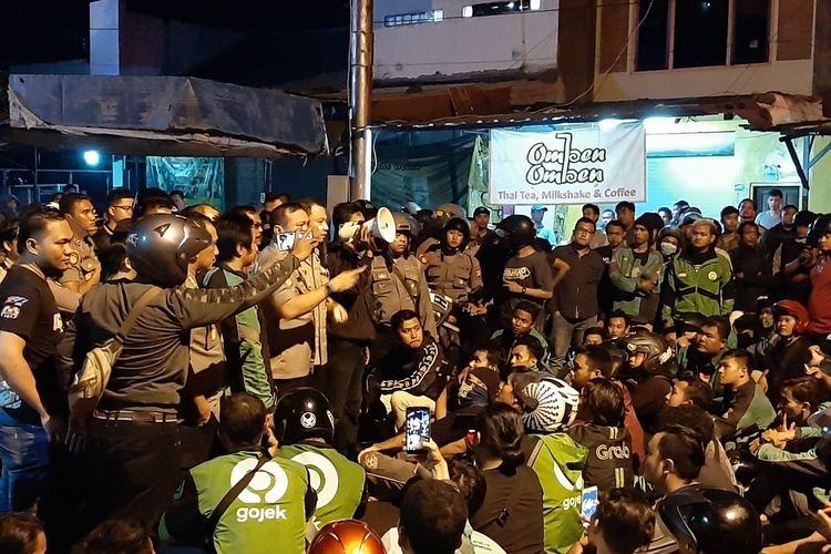 Kapolres Sleman AKBP Rizki Ferdiansyah saat turun langsung menenangkan massa driver ojek online di Jalan Babarsari