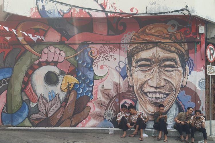 Mural bergambar Presiden Jokowi di kawasan Koridor Gatot Subroto Solo, Jumat (27/8/2021). Kawasan ini dirancang Pemkot Solo sebagai destinasi wisata.