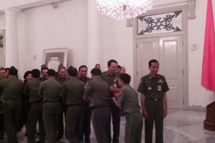 Gubernur DKI Jakarta Joko Widodo dan Wakil Gubernur DKI Jakarta Basuki Tjahaja Purnama tampak menyalami ratusan PNS DKI, di Balaikota Jakarta, Senin (4/8/2014).