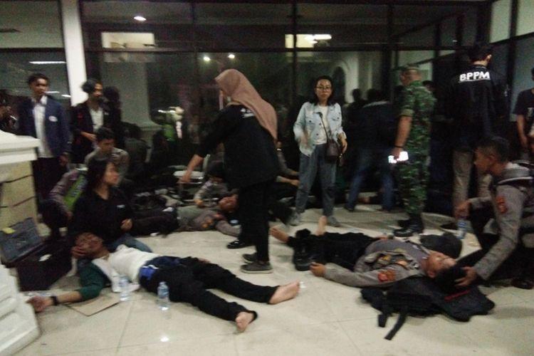 Mahasiswa dan anggota polisi terluka dalam aksi unjuk rasa di Gedung DPRD Jabar, Jalan Diponegoro, Senin (23/9/2019) petang.