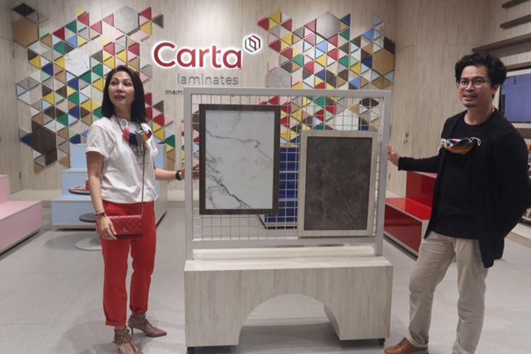 Shirley Sagita Antono, Director PT Prasetya Gema Mulia dan selaku brand principal Carta Laminates dan Handhy Hardian, Desainer studiohand saat menjelaskan produk Carta di showroom Carta yang berada di SOUTH78, Serpong.
