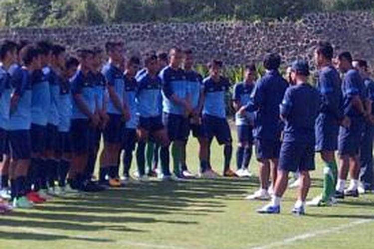 Pelatih tim nasional Indonesia U-19, Indra Sjafri saat memberi arahan kepada Evan Dimas dan kawan-kawan.