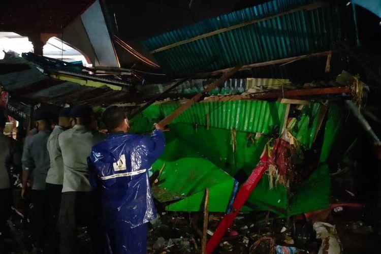 Aparat TNI Polri mbersihkan bangkai rumah warga yang hancur akibat terseret banjir di kawasan Batu Merah Dalam, Kecamatan Sirimau, Ambon, Sabtu (3/10/2020)