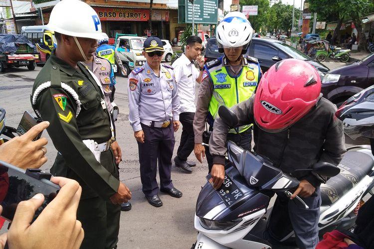 Tim gabungan dari Polantas, Dishub dan Subdenpom Tasikmalaya menggelar razia penunggak pajak kendaraan bermotor di beberapa wilayah jalan raya wilayah itu, Jumat (21/2/2020).