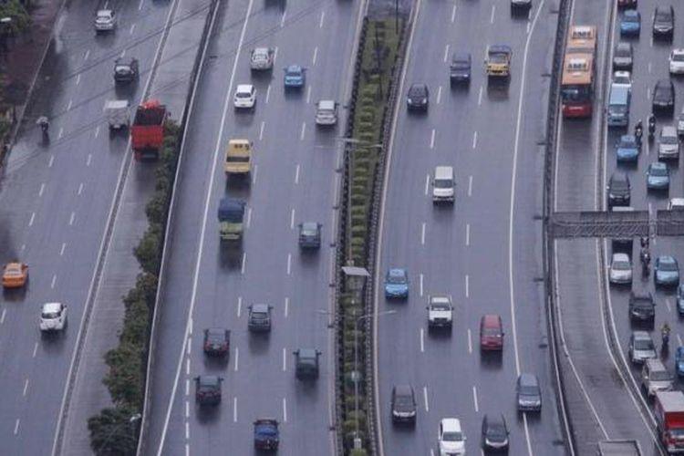 Kendaraan melintas di ruas tol dalam kota di jalan Gatot Subroto, Jakarta Selatan, Selasa (8/1/2013). Tol dalam kota merupakan salah satu ruas jalan tol yang rencananya akan mengalami kenaikkan tarif sebesar 10 persen oleh PT Jasa Marga (Tbk)  per September 2013.