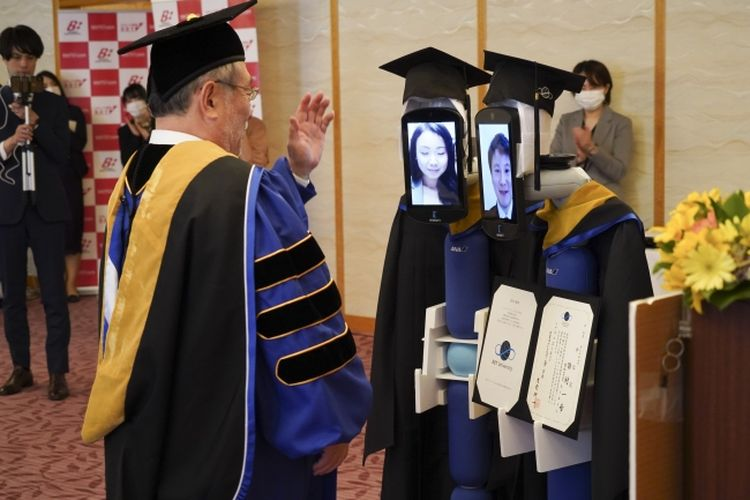 Rektor BBT University, Kenichi Omae menyapa perwakilan wisudawan dalam wisuda online dan menggunakan robot avatar di Hotel Grand Palace, Tokyo, Jepang, Sabtu (28/3/2020). Penggunaan robot ini dioperasikan dari jarak jauh oleh perwakilan wisudawan dan wisudawan lain bisa menyaksikan prosesi wisuda online melalui Zoom.