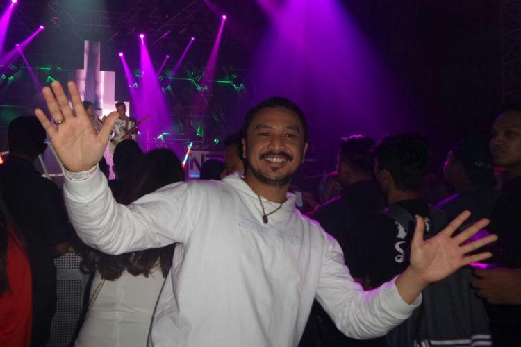 Giring Ganesha menyaksikan penampilan NEV+ dalam LAFFestival yang digelar di Jakarta Convention Center, Senayan, Jakarta Selatan, Sabtu (10/2/2018)