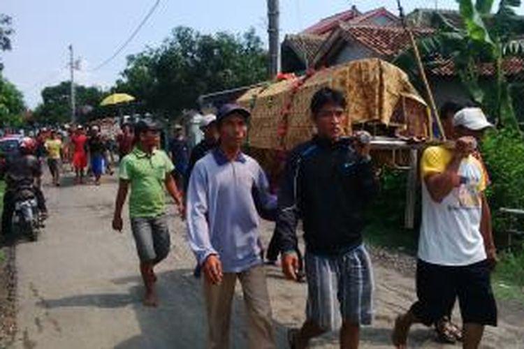 Kelima jenazah korban kecelakaan minibus menabrak truk boks di Subang, Jawa Barat pada Jumat (25/12/2015) kemarin, dimakamkan keluarga di dua tempat berbeda di Pemalang, Jawa Tengah, Sabtu (26/12/2015)