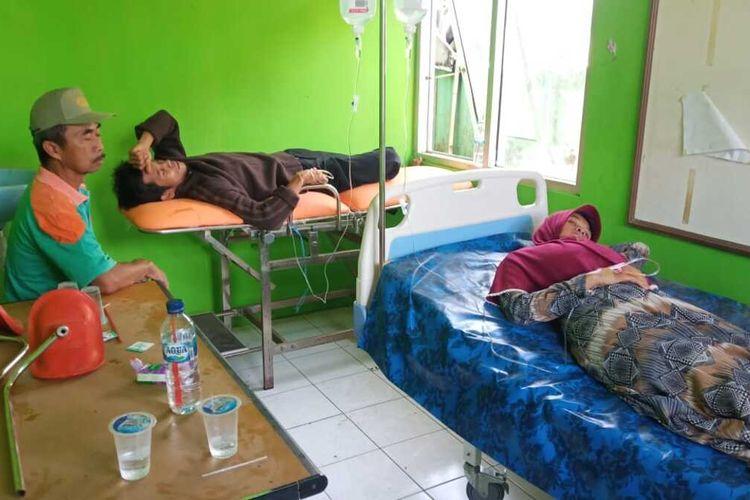 Sejumlah pasien dugaan keracunan makanan sedang diobservasi di Pustu Kalaparea, Nagraj, Sukabumi, Jawa Barat, Senin (23/12/2019).