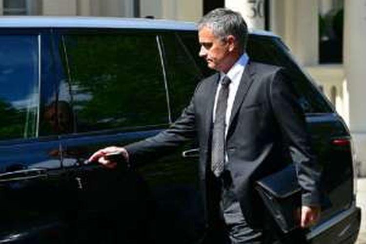 Jose Mourinho meninggalkan rumahnya di London pada Kamis (26/5/2016) untuk melakukan negosiasi kontrak dengan manajemen Manchester United di sebuah hotel.
