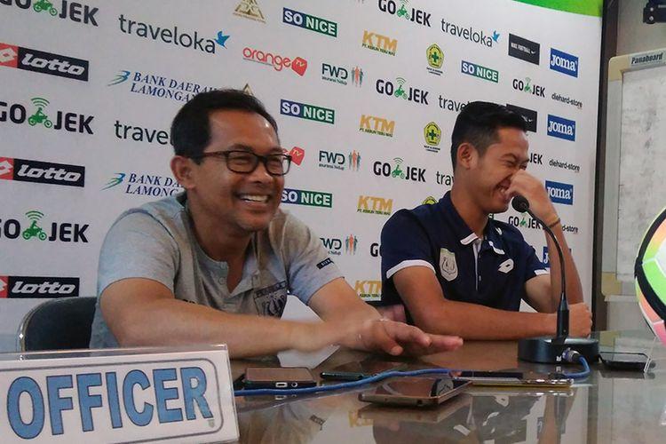 Pelatih Persela Lamongan Aji Santoso (kiri) dan Ahmad Birrul Walidain, jelang pertandingan kontra Persib Bandung, Sabtu (21/10/2017).