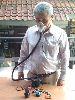 Syarif Hidayat, Dosen Sekolah Teknik Elektro dan Informatika (STEI) saat uji coba purwarupa produk ventilator darurat yang diberi nama Vent-I (Ventilator Indonesia).