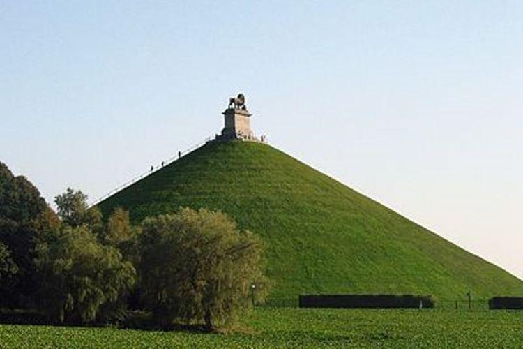 Monumen Lions Mound untuk memperingati pertempuran Waterloo 1815.