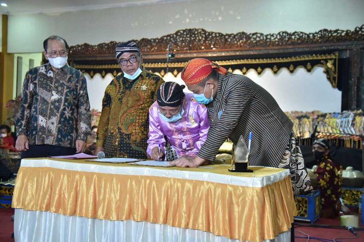 Penandatangan pakta integritas sebelum pagelaran wayang kulit di Panggung Sasana Pambiwara, Kantor Dinas Komunikasi dan Informatika (Kominfo) Kebumen, Jawa Tengah, Sabtu (22/5/2021).