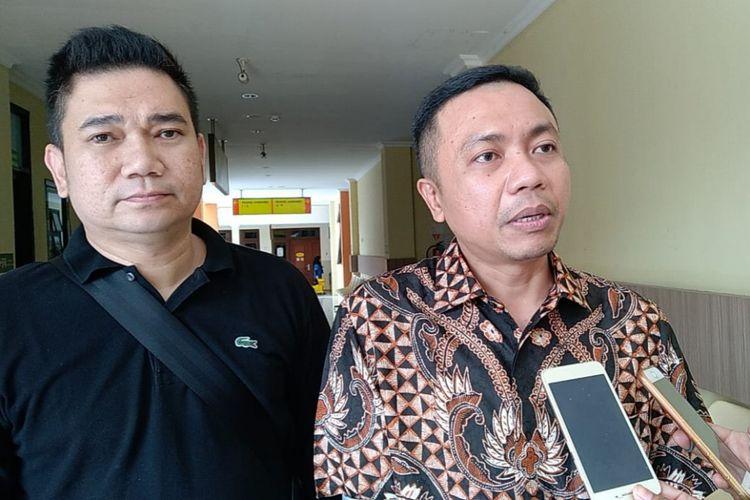 Kuasa hukum artis VA, Rahmat Santoso (kanan) di RS Bhayangkara Polda Jatim, Kamis (31/1/2019)