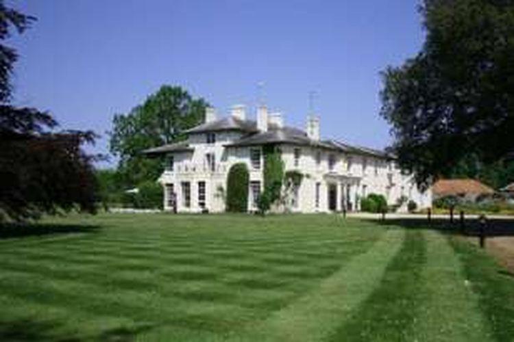 Congham Hall dikenal sebagai istana tempat tinggal Raja Lynn yang terkenal dengan legenda pusat penyihir. Daerah sekitar istana yang kini jadi hotel, memiliki sejarah sekitar 160 tahun yang lalu terkait dengan perburuan penyihir dan penganiayaan pada tahun 1.500.