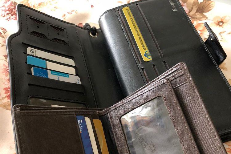 Dua buah dompet yang dibawa Jedy, dompet hitam (atas) adalah dompet yang ia letakkan dalam koper di kabin pesawat.