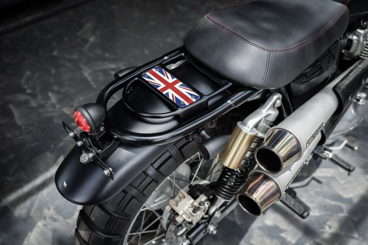 Motor custom Royal Enfield Interceptor 650 bergaya scrambler garapan Smoked Garage