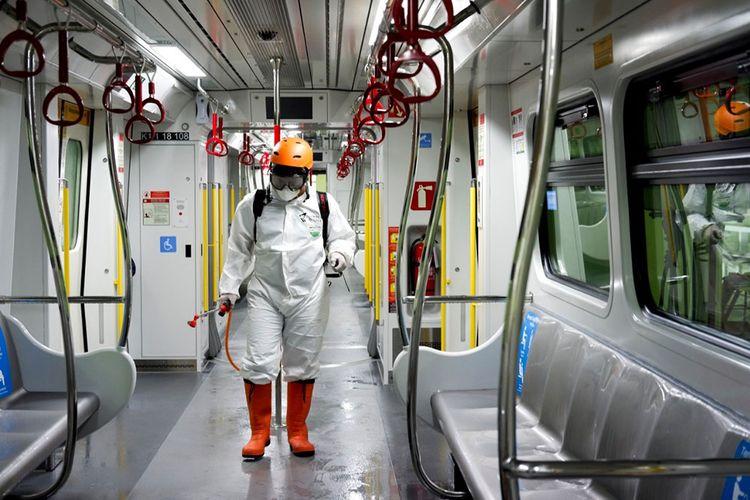 Tim Dompet Dhuafa melakukan penyemprotan disinfektan di gerbong LRT