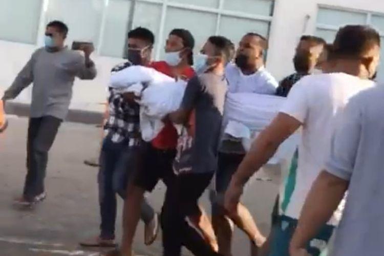 Sejumlah warga Kelurahan Air Mata, Kecamatan Kota Lama, Kota Kupang, NTT, menggotong jenazah kerabat mereka yang meninggal di Rumah Sakit Umum Siloam Kupang, Sabtu (17/7/2021).
