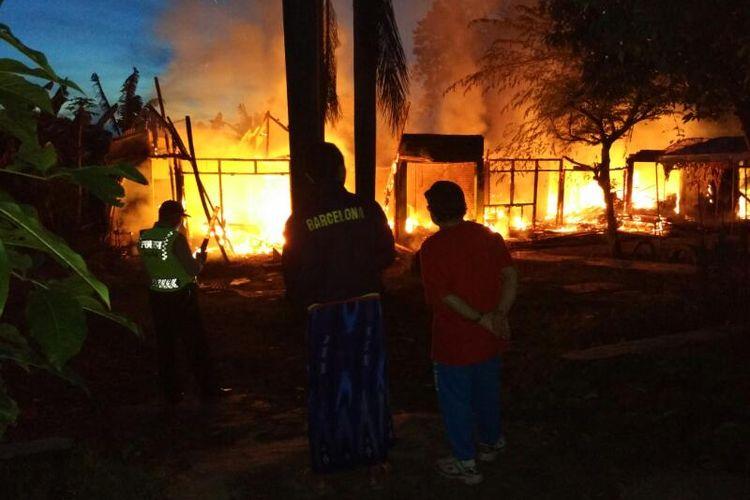 Api sementara melalap kios pasar burung Magetan, Rabu ( 5/4/2017) pagi.