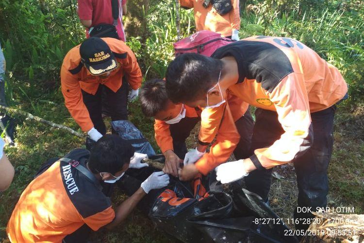 Tim SAR evakuasi mayat tanpa identitas yang ditemukan di kawasan hutan Gunung Rinjani.