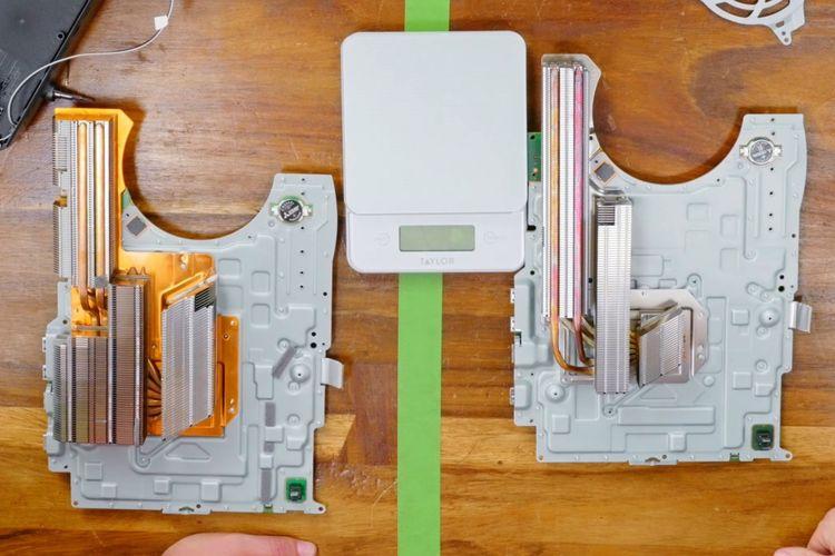 Ilustrasi komponen heatsink di PS5 versi awal (kiri) dan baru (kanan).