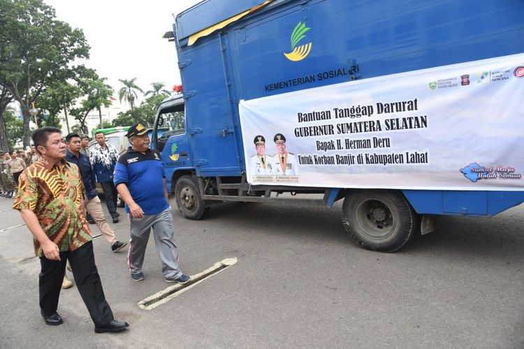Gubernur Sumatera Selatan Herman Deru saat meninjau bantuan yang hendak dikirimkan kepada korban bencana banjir bandang Lahat, Jumat (10/1/2020).