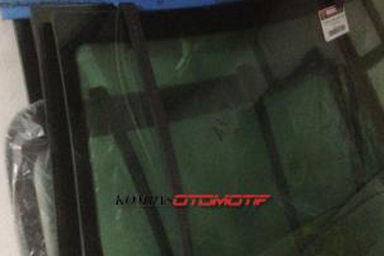 Kaca mobil yang dijual oleh toko Columbia Motor.