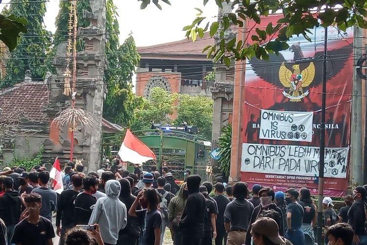 Demo Omnibus Law UU Cipta Kerja di depan Gedung DPRD Bali, Kamis (8/10/2020).