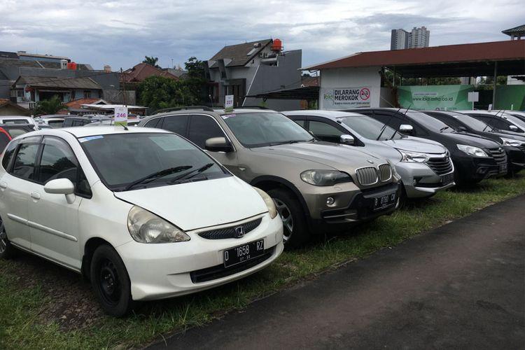 Mobil-mobil yang akan dilelang di balai lelang Ibid.