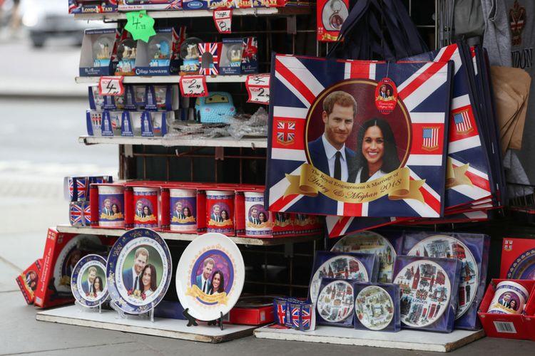 Pernik-pernik yang dijual untuk menandai pernikahan Pangeran Harrydan Meghan Markle, di sebuah toko di London. / AFP PHOTO / Daniel LEAL-OLIVAS