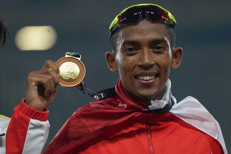 Atlet Indonesia Agus Prayogo menunjukkan medali emas saat menjuarai nomor lari 10.000 meter putra SEA Games XXIX Kuala Lumpur di Stadion Bukit Jalil, Kuala Lumpur, Malaysia, Jumat (25/8/2017) malam. Agus berhasil menyabet medali emas dengan catatan waktu 30 menit 22,26 detik.