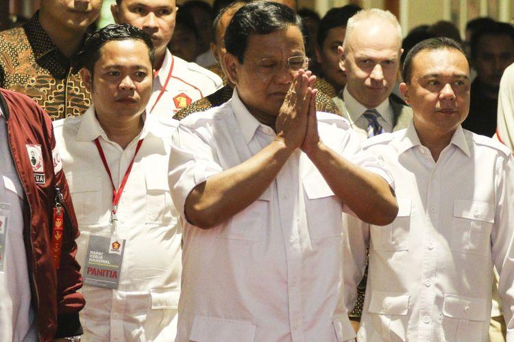 Ketua Umum Partai Gerindra Prabowo Subianto (tengah) bersiap menghadiri acara Rapat Kerja Nasional Bidang Advokasi dan Hukum DPP Gerindra di Jakarta, Kamis (5/4). Dalam acara yang diselenggarakan secara tertutup tersebut Prabowo akan memberikan arahan dan pidato politiknya kepada seluruh kader Partai Gerindra yang hadir. ANTARA FOTO/Muhammad Adimaja/foc/18.