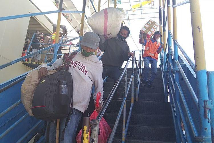 Sekitar 1800 penumpang kapal Pelni KM Dobonsolo turun di pelabuhan Murhum, Kota Baubau, Sulawesi Tenggara, Sabtu (24/4/2021) siang. Penumpang yang turun diduga warga yang duluan curi star untuk mudik sebelum aturan larangan mudik diberlakukan oleh pemerintah di bulan Mei 2021.