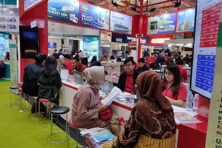 Pengunjung tengah melakukan transaksi di salah satu booth agen perjalanan dalam gelaran Astindo Travel Fair 2020, Jumat (21/2/2020).