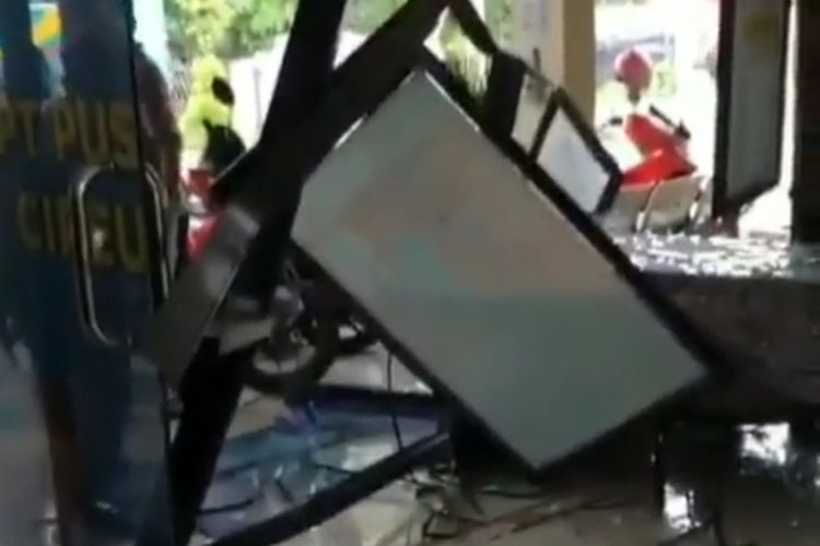 Viral angkutan kota (angkot) menabrak gedung Puskesmas Cipeucang, Kabupaten Pandeglang, Banten hingga masuk ke dalam ruang pendaftaran pasien, Selasa (12/1/2021)