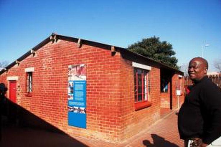 Rumah kecil milik Mandela di pojok Jalan Vilakazi dan Ngakane bernomor 8115, Orlando West, Soweto, Afrika Selatan