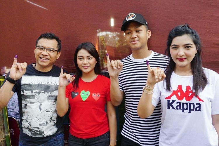 Musisi Anang Hermansyah bersama sang istri, Ashanty dan kedua anaknya, Aurel Hermansyah dan Azriel Hermansyah usai menggunakan hak suaranya di TPS 89 di kawasan Cinere Mas, Cinere, Depok, Jawa Barat, Rabu (17/4/2019).