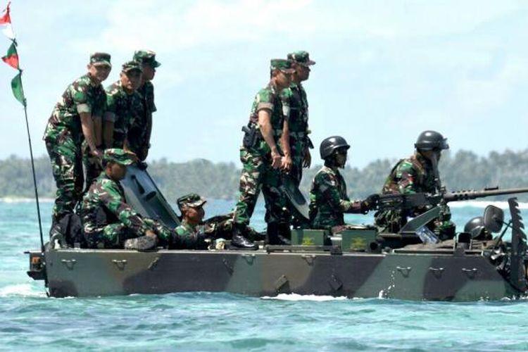 Panglima TNI Jenderal Gatot Nurmantyo naik tank amphibi saat meninjau Latihan Taktis TNI AD di perairan Natuna, Kepulauan Riau, Sabtu (12/11/2016).