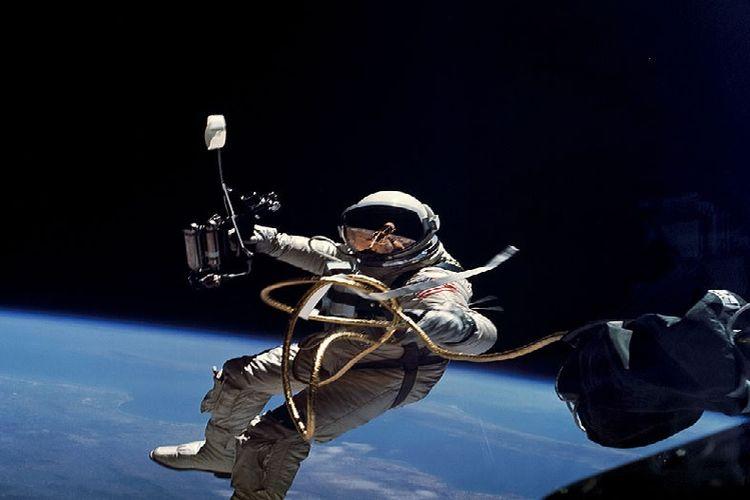 Astronot AS Edward H White II saat berjalan-jalan di angkasa luar pada 5 Juni 1965 dalam penerbangan Gemini 4.