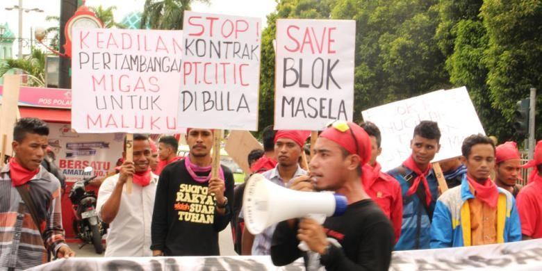 puluhan pemuda dan mahasiswa yang tergabung dalam Lembaga Nanaku Maluku berunjuk rasa sambil mengikat kepala dengan kain merah, Senin (11/1/2016). Aksi dilakukan terkait pengelolaan blok gas Masela di kabupaten Maluku Barat Daya